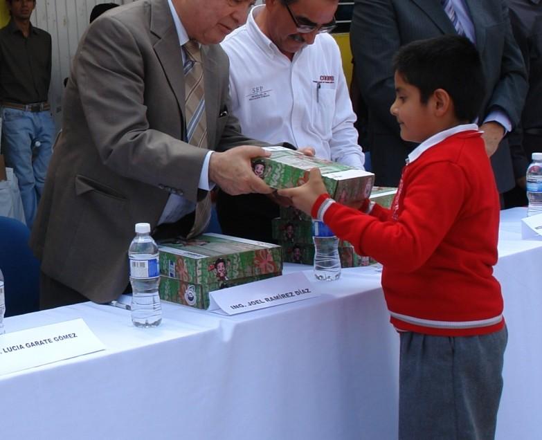SEGE Y CONAFE entregaron 904 paquetes de útiles escolares.