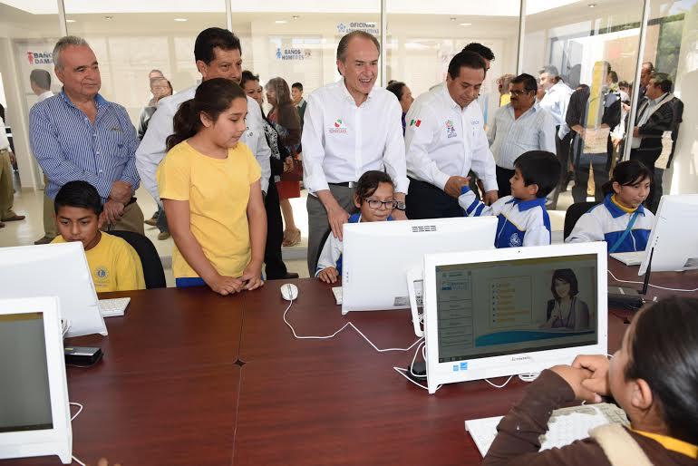 JM Carreras entrega certificados de estudios en zona media