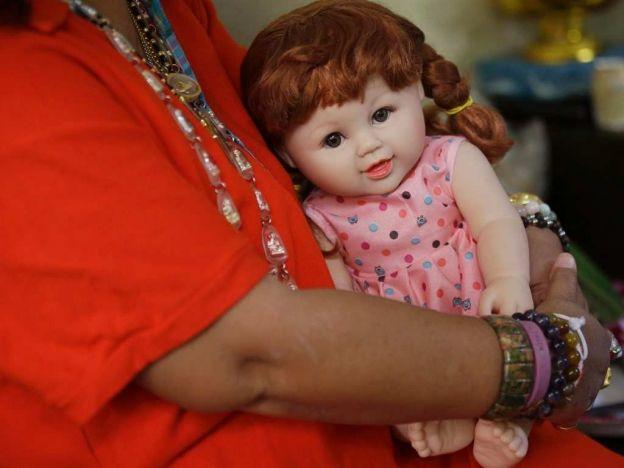 Muñecas 'encantadas', una moda en Tailandia