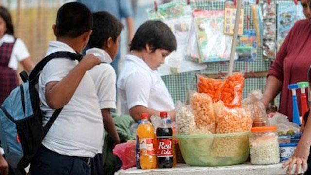 Se sigue vendiendo comida chatarra afuera de las escuelas