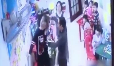 Abuelita golpea a maestra que agredía a su nieta y se vuelve viral