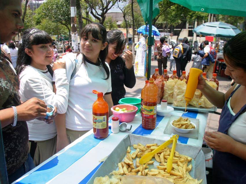 Venta de comida chatarra afuera de las escuelas promueve obesidad en los alumnos