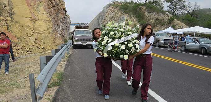 Develan placa a alumnos del COBACH que perdieron la vida