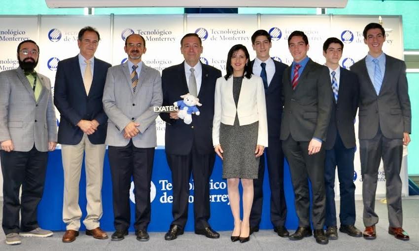 El empresario potosino Carlos Rafael Mendizábal recibe el premio 'Mérito EXATEC'
