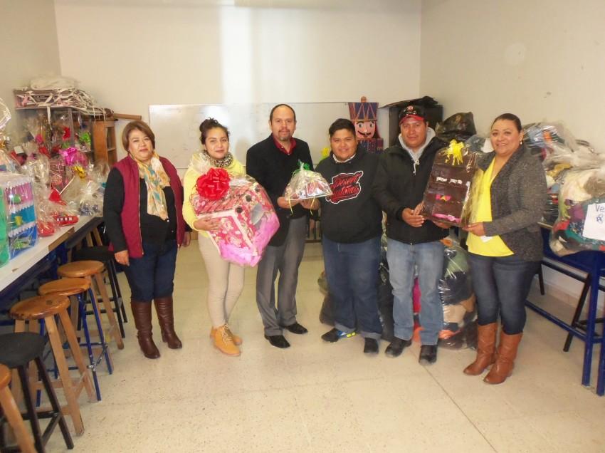 Alumnos de Escuela Preparatoria elaboran jugetes  para niños de la  Sierra de Catorce