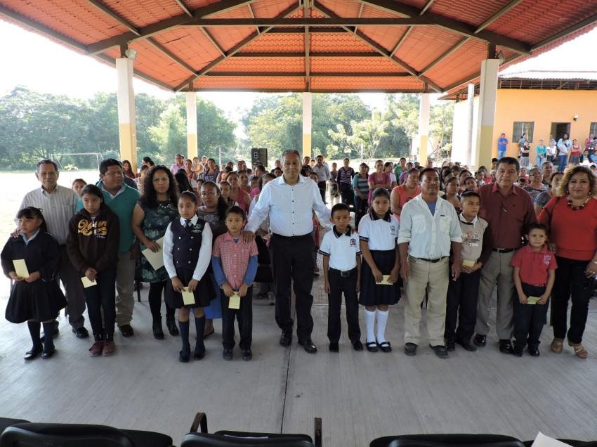 136 niños de la Zona Tének de Valles recibieron el pago de sus becas para continuar sus estudios