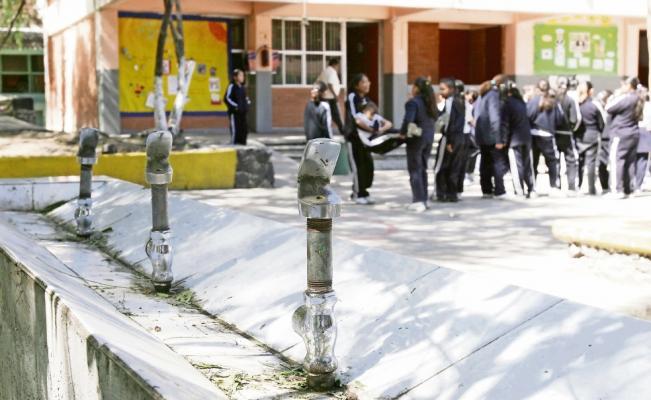 """Niños potosinos """"mueren"""" de sed en las escuelas"""