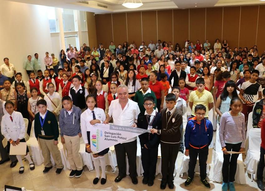 Abanderan a ganadores de la olimpiada del conocimiento infantil 2017