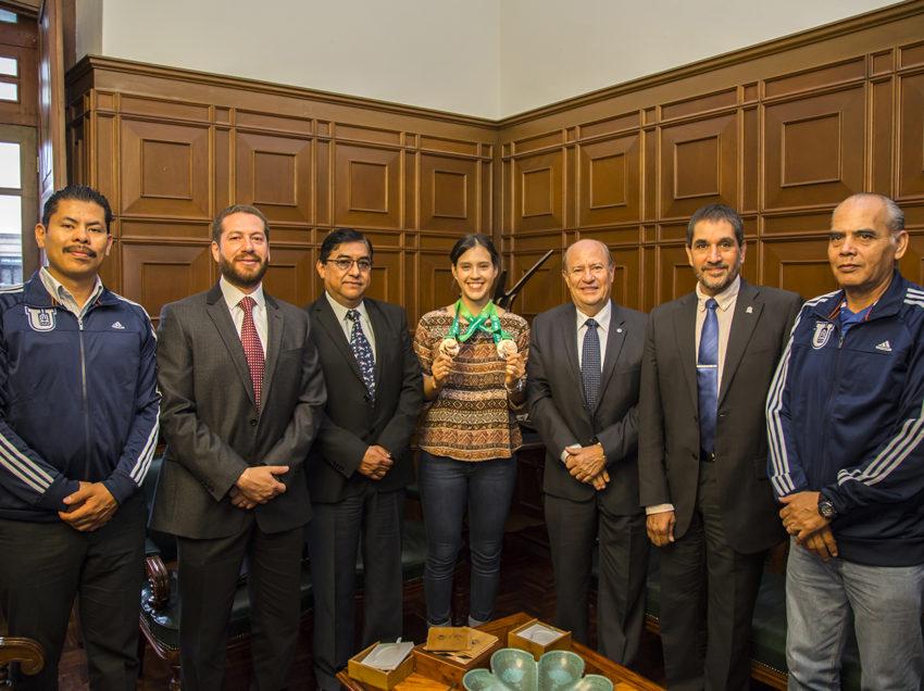 Rector reconoce a Melissa Oviedo medallista mundial