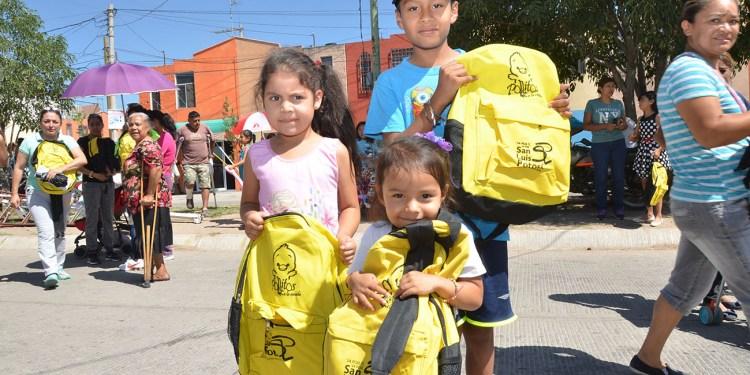 Entregan 2 mil paquetes de útiles escolares en la colonia Maria Cecilia