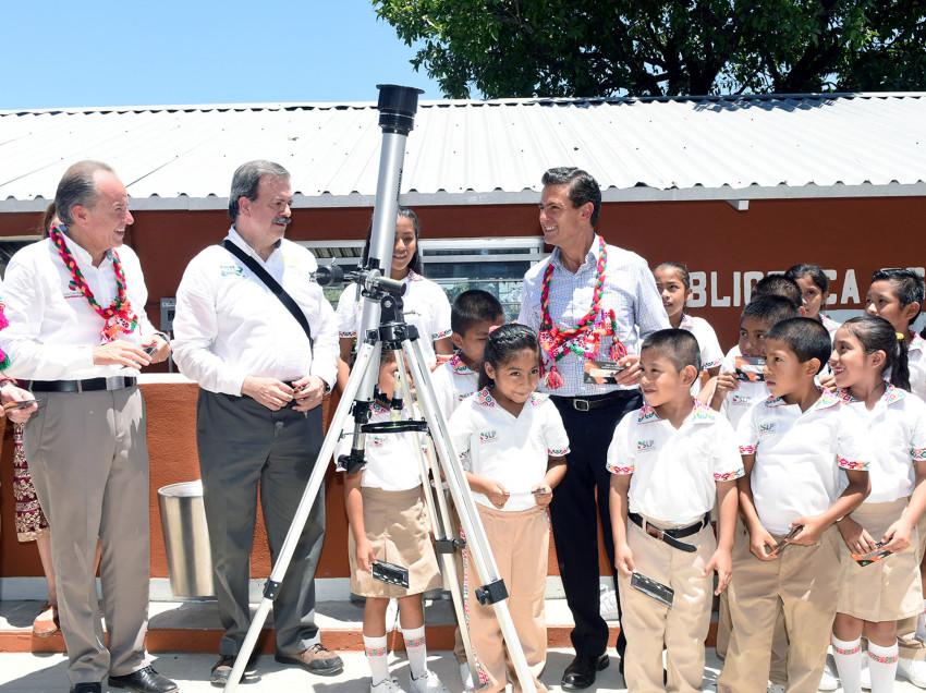 Enrique Peña Nieto inaugura ciclo escolar en Aquismón