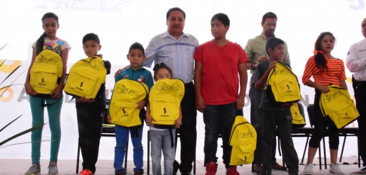 Entrega alcalde útiles escolares en la colonia Rivas Guillén Norte