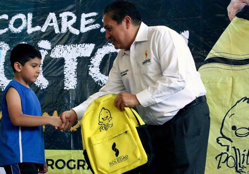 Alcalde de Soledad regala tres mil mochilas