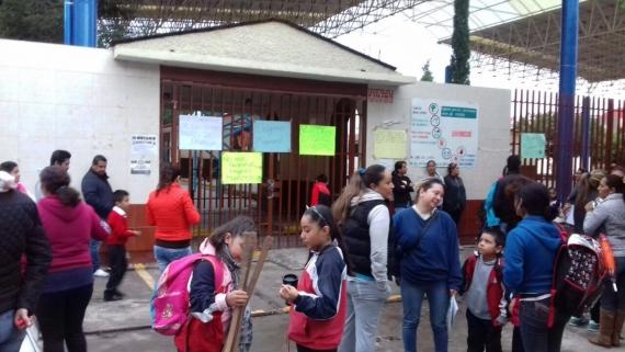 Alumnos y padres de familia exigen clases por falta de maestro