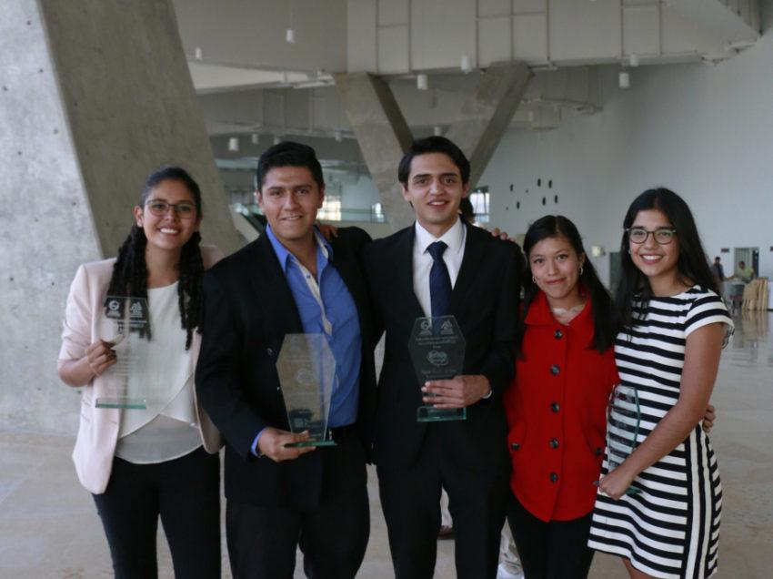 """Alumnos de El COLSAN reciben """"Distinción Universitaria"""""""
