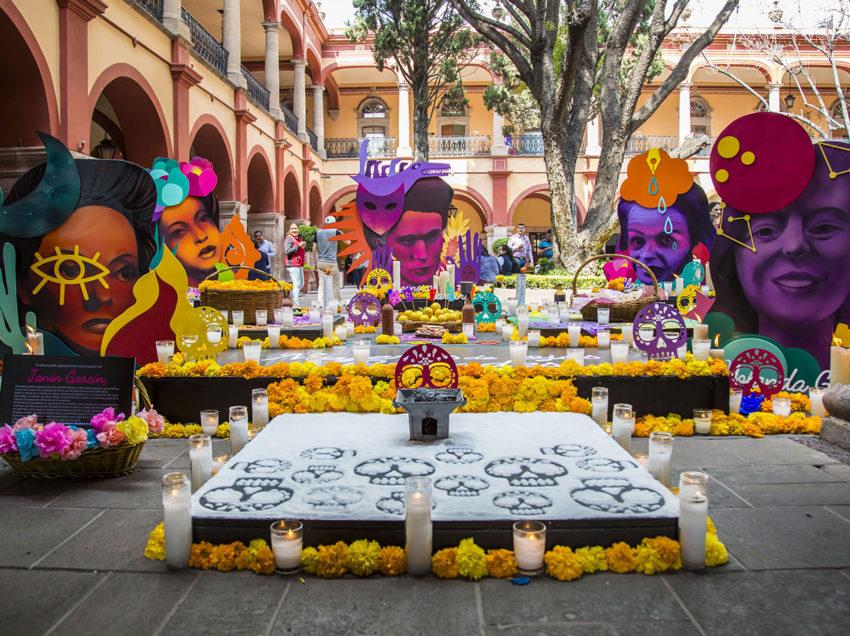 UASLP homenajea a mujeres destacadas con altar de muertos