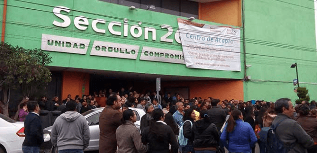 Maestros exigen pago de 800 millones de pesos y bloquean vialidades