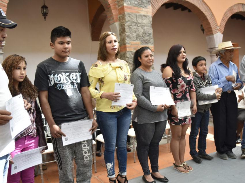 Entrega INEA constancias de alfabetización y certificados de educación básica