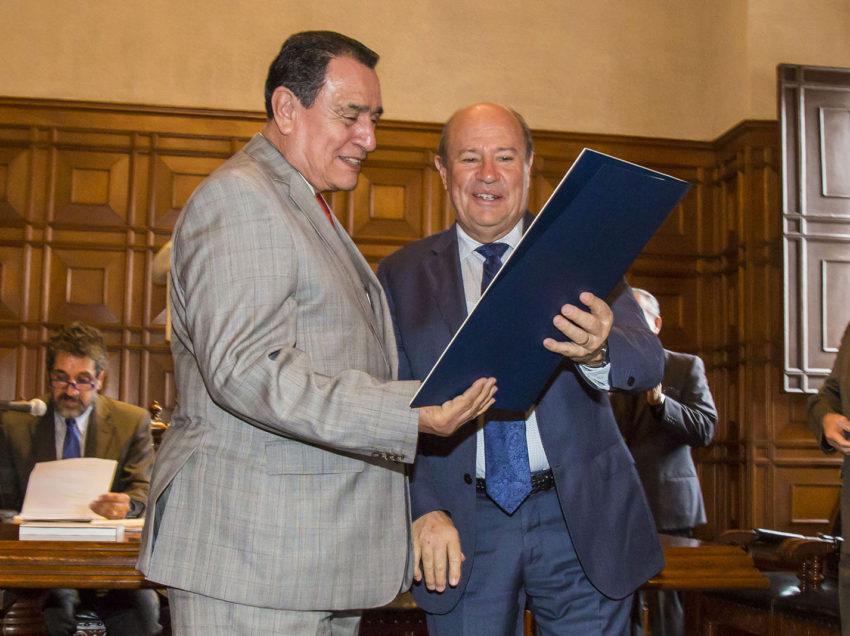 UASLP otorgóel título de Profesor Emérito al licenciado Raúl Camacho Muñoz