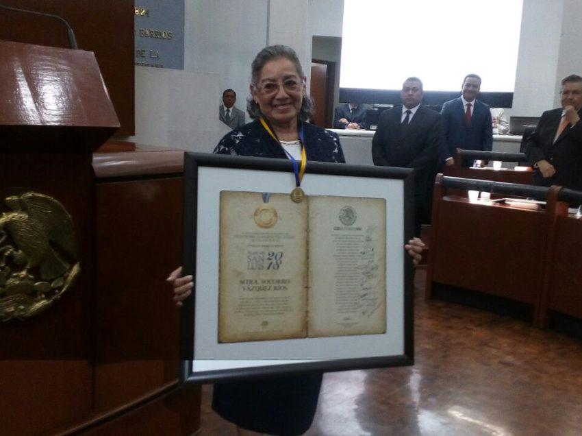 Entregan Presea al Mérito Plan de San Luis a la maestra Socorro Vázquez