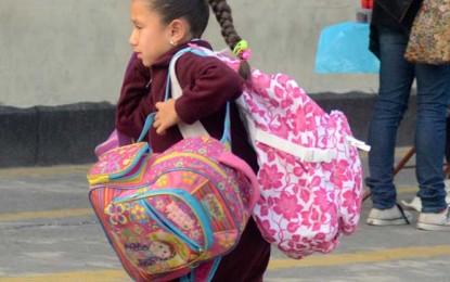 Exceso de peso en mochilas, provocaría daños irreversibles para tu hijo