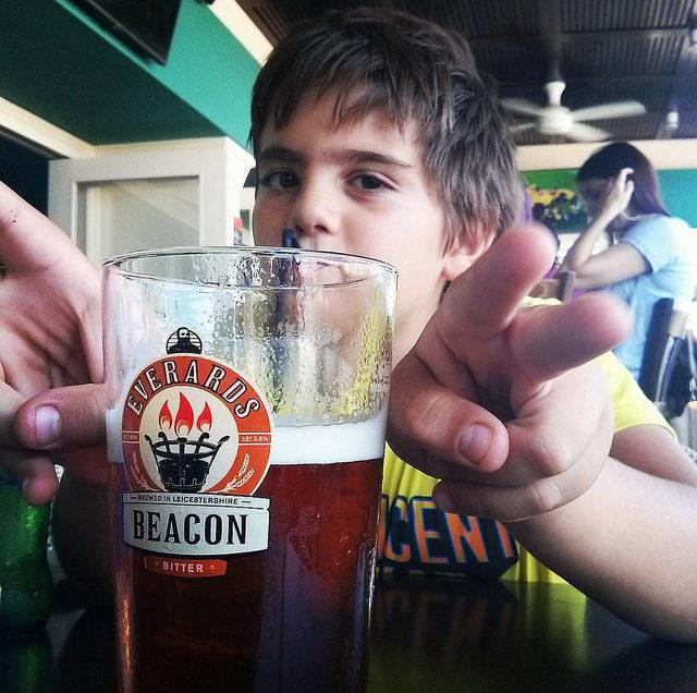 Cerveza en lugar de refresco a niños de primaria, para combatir la obesidad infantil