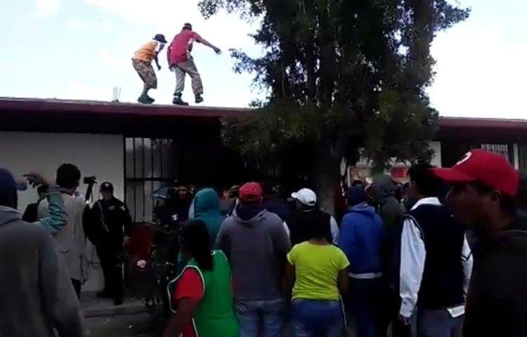 Liberan a papás que intentaron linchar a maestro en Milpillas