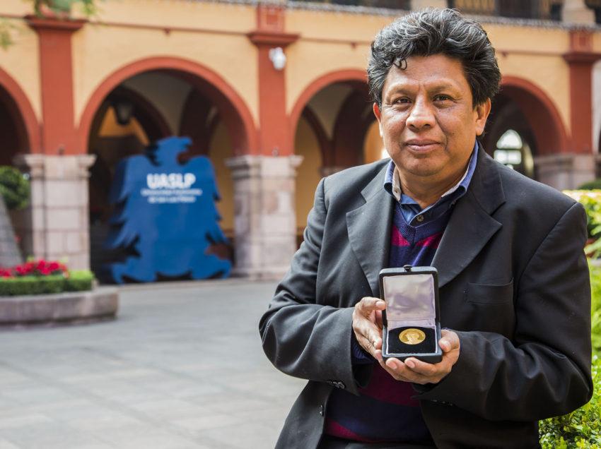 Reconoce la UNAM a catedrático potosino con la presea Fernando Alba