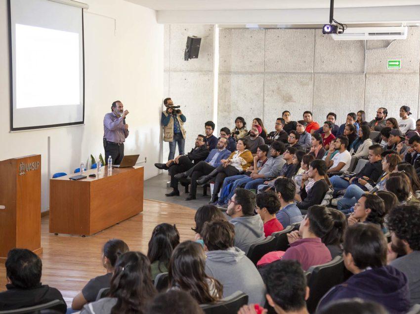 Alumnos reciben conferencia de emprendimiento