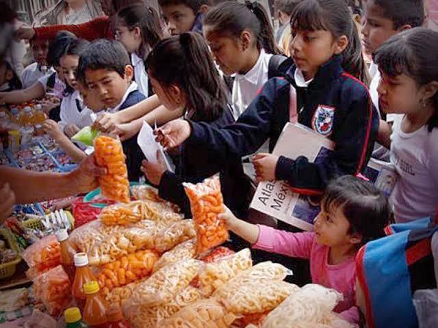 Persiste la venta de refrescos y comida chatarra en las escuelas
