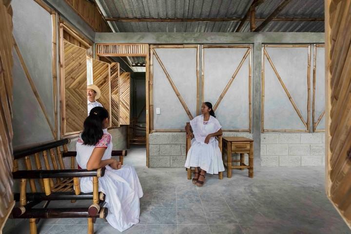 A falta de aulas, alumnos indígenas construyen su propia escuela