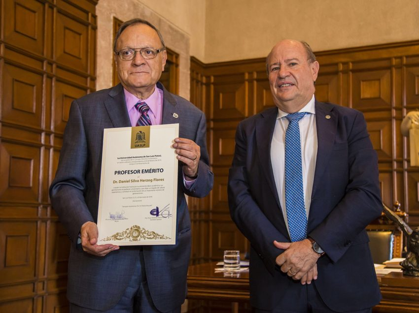 Daniel Silvaherzog Flores reconocido como profesor emérito de la UASLP