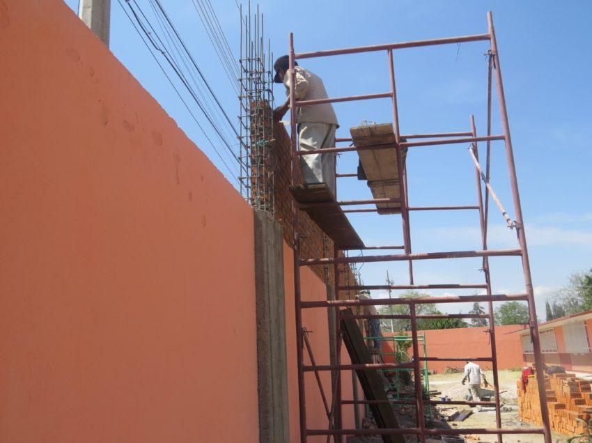 Construcción de bardas perimetrales en los centros educativos de Soledad, refuerzan la seguridad de los planteles escolares