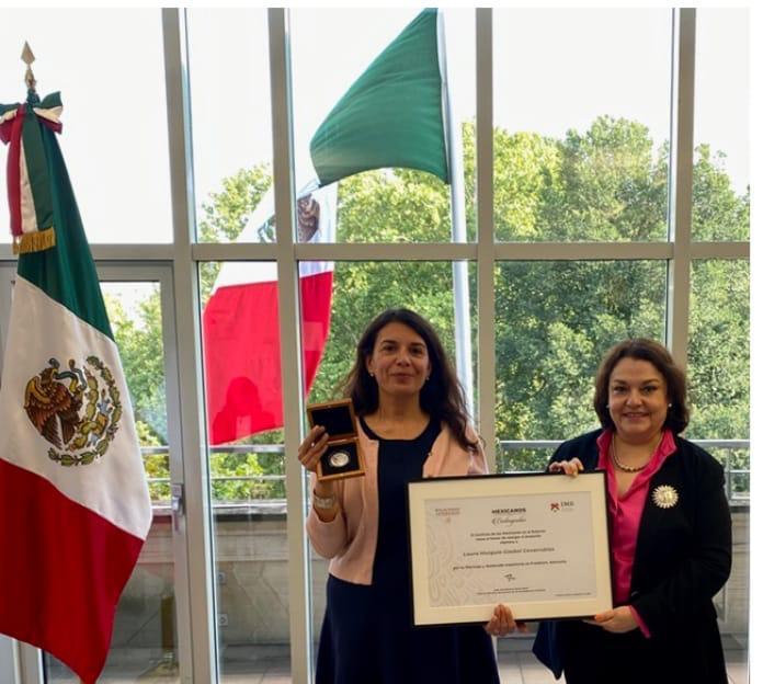 """Egresada de la UASLP recibe medalla """"Mexicanos Distinguidos"""""""